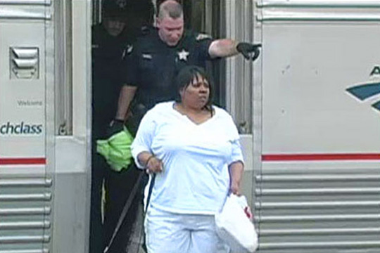 Την πέταξαν έξω απ' το τραίνο επειδή μιλούσε 16 ώρες στο κινητό της!